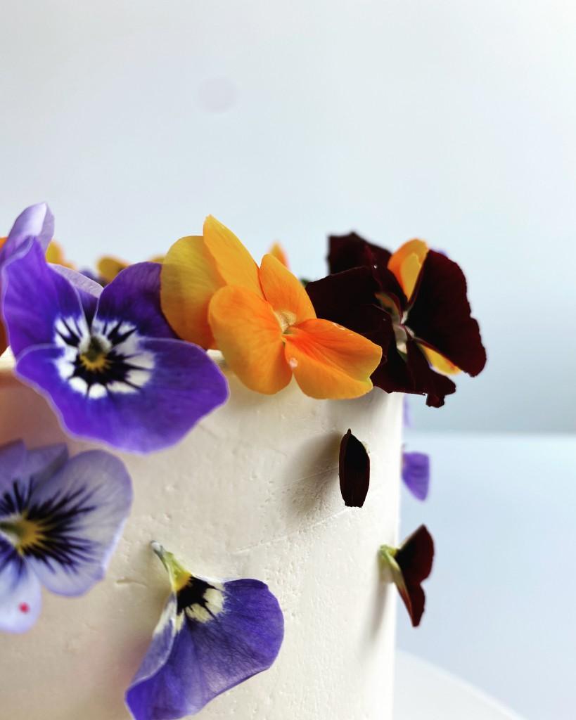 Torte essbare Blüten Detail
